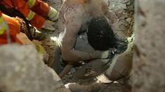 Ứa nước mắt cảnh cha mẹ dùng thân xác cứu con gái vụ sập nhà cao tầng - Tiền Phong