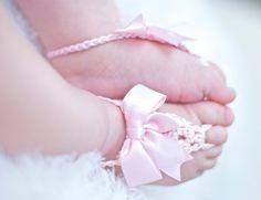 Sandalias de niño descalzo. Chica rosa suave por HappyThreads1, $18.00
