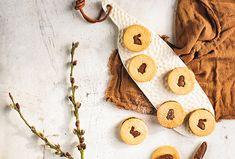 Pokud milujete linecké cukroví, určitě byste měli svátky jara přivítat s těmito křehkými sušenkami promazanými lískooříškovým krémem a ozdobenými velikonočními motivy. #recept #velikonoce #linecke #susenky #peceni #recipe #easter #easterbaking #baking #cookies
