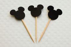 Festa Expressa - Mickey - Tuty - Arte & Mimos www.tuty.com.br O kit está disponível a pronta-entrega. É só adquirir no site e você recebe em poucos dias em sua casa, tudo prontinho para usar. Entre em contato com a gente! www.tuty.com.br #festa #personalizada #pronta #party #tuty #bday #chadebebe #baby #shower #mickey #silhoute #vintage