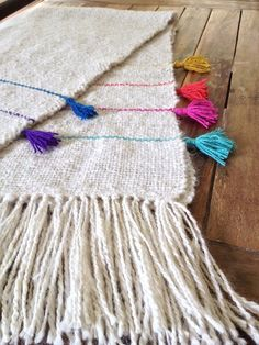 I really like the bit of added color Loom Weaving, Hand Weaving, Diy Tricot Crochet, Weaving Projects, Weaving Patterns, Weaving Techniques, Rugs On Carpet, Tapestry, Wool