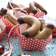 Nuss-Nougat-Kipferl Rezept mit einem einfachen gelingsicheren Plätzchenteig. Sie schmecken nussig schokoladig und sind eine Abwechslung auf dem Teller.