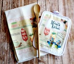 Personalized Retro Recipe Kitchen Dish Towel & Pot Holder Set Personalized Retro Recipe Kitchen Towel and Potholder Set Kitchen Dishes, Kitchen Linens, Kitchen Towels, Retro Recipes, Vintage Recipes, Vintage Kitchen, Retro Vintage, Country Farmhouse Decor, Dish Towels