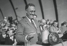 Au lendemain de l'élection de Barack Obama aux Etats-Unis, on célèbre la date anniversaire d'un autre président démocrate: le 8 novembre 1932, Franklin D. Roosevelt est élu.  Pour en savoir plus sur le 32ème président des Etats-Unis, et notamment sur son rôle dans la Seconde Guerre Mondiale, vous pouvez visionner ce documentaire sur la chaîne Parlementaire :http://www.lcp.fr/emissions/ou-quand-comment-l-histoire/vod/2645-le-debat-franklin-delano-roosevelt-l-homme-du-new-deal