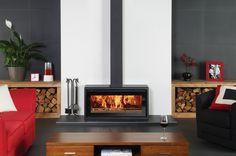 Le poêle à bois Riva Studio 2 Freestanding de Stovax avec plaque en verre sérigraphié et anneau cache-tuyau carré. Également en photo : Serviteurs avec poignée en boucle de Stovax.
