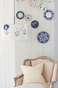 I do love plates on the wall. Found this cute blog calle brabournefarm.blogspot.com.  Good for insperation.