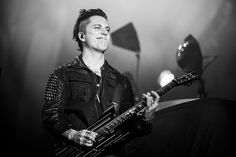 Rock in Rio... Mr. Synyster Gates. Love, Love, Love this pic. Look at that face.