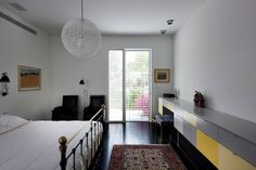 Pathway House by Jacobs-Yaniv Architects Style At Home, Archi Design, Small Basements, Bedroom Desk, Grey Room, Home Goods, Indoor, House Design, Flooring