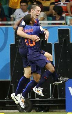 スペイン―オランダ 後半、3点目のゴールを決め、ワイナルドゥム(手前)と抱き合って喜ぶオランダのデフライ=サルバドル(共同)