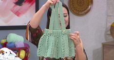 """Hafta içi her gün teve2 ekranlarında yayınlanan """"Ezgi Sertel'le Kadınlar Bilir"""" programına Öznur Sağlam konuk oldu. Öznur Sağlam salopet bebek elbisesinin yapımını uygulamalı olarak gösterdi. Bebek elbisesi yapmanın inceliklerini ve tekniklerini anlatan Sağlam, evlerinde bu uygulamayı yapacaklar için de önerilerde bulundu. Straw Bag, Crochet, Bags, Videos, Fashion, Crochet Dresses, Outfit, Crochet Hooks, Handbags"""