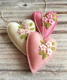 Small Pastel Pink Heart ornaments with flowers – set of 3 – Folt Bolt Shop Christmas Fabric, Felt Christmas, Christmas Crafts, Fabric Ornaments, Felt Ornaments, Valentine Crafts, Easter Crafts, Easter Decor, Printable Valentine