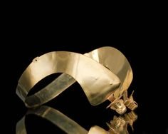 Gouden oorijzer met gouden stiften, gedragen door een vrouw bij streekdracht in Noordoost-Nederland. Het oorijzer bevat keurtekens uit de periode 1809-1814. #Groningen #Drente