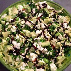 Jeg kan godt lide lidt rustikke vintersalater, og samtidig skal den se flot ud, og smagen skal være i top. Opskrift på rustik grøn salat med grønkål og mozzarella ost. Til 4 – 5 personer. 1/2 spidskål. Fint snittet. 1/4 iceberg salat. Snittes fint. 3 stilke grønkål. Bladene skilles fra stilken, og snittes fint. 1 … … Læs resten →