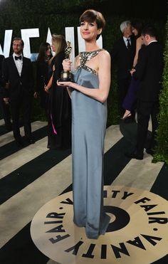 Anne Hathaway Saint Laurent par Hedi Slimane sur-mesure à l'after-party Vanity Fair à Los Angeles, le 24 février 2013