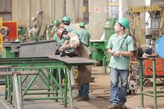 Trabalhadores em metalúrgica de Sertãozinho, um dos setores atingidos pela crise