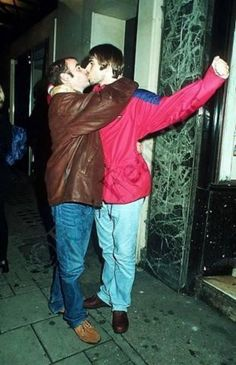 """Liam seems to be up there in the ranks of Tommy Lee as a serial man kisser. Here's a photo of Liam kissing former Oasis guitarist Paul """"Bonehead"""" Arthurs. Liam Gallagher Oasis, Noel Gallagher, Indie Music, Music Icon, Oasis Live Forever, Oasis Music, Oasis Band, Liam And Noel, Beady Eye"""
