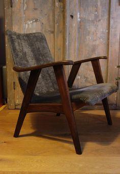 Te koop: twee prachtige Deense design fauteuils uit de jaren '60. Het is een dames- en een herenmodel. Beiden bekleed met grijs velours, hele zachte stof. Verkeren in een nette, vintage staat. Hout is onlangs nog in de olie gezet, stof gereinigd. Helaas bevat een van de stoelen een kleine verkleuring in de stof. Niet heel opvallend, maar moet toch even gezegd.   Setprijs: 200 euro.