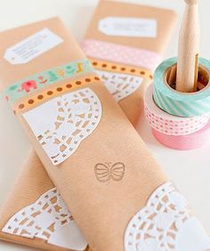 Envolver los regalos de Reyes con papel craft y blonda