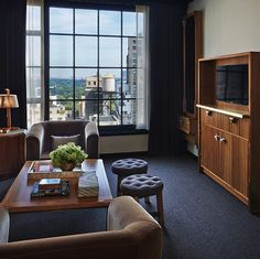競争激しいニューヨークのホテル界で名を挙げるには、人をあっと言わせるぐらいのことをしなければ生き残れません。これまで主に海辺のリゾート物件を得意としてきたバイスロイ・グループが、ニューヨーク進出に際してそれを心得ていることは、その立地からもうかがえます。ストレートに「バイスロイ・ニューヨーク(Viceroy New York)」と名付けられたこのホテルの所在地は、セントラルパークから南にたった1ブロック、ミッドタウンは57丁目。マンハッタンらしいビル街の中にそびえる、ムーディーでインダストリアルな雰囲気漂うクールな外観の建物で、内装はレストランやホテルを得意とするニューヨークの気鋭デザインスタジオ、ローマン&ウィリアムス(Roman & Williams)が担当したのだそう。