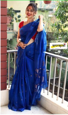 India is so special for the rich cultural variety and colourful dressing traditions. Saree (sari) is the best among Indian dresses. Simple Sarees, Trendy Sarees, Stylish Sarees, Indian Dresses, Indian Outfits, Pakistani Outfits, Plain Saree, Plain Chiffon Saree, Saree Blouse Patterns