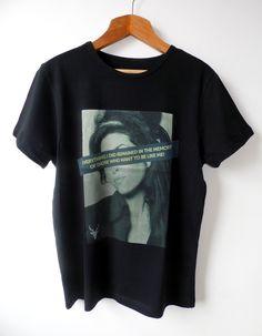 """CAMISETA NA COR BRANCO COM ESTAMPA DIGITAL AMY WINEHOUSE  Camiseta unisex na cor preto.  Desenvolvida em malha 100% algodão e com estampa DTG que é o melhor e mais moderno processo de estamparia.  Estampa com nossa musa Amy Winehouse que faz parte da coleção 27 years old com varios idolos que morreram aos 27 anos.  Na estampa esta a frase """"Everything I did remained in the memory of those who want to be like me!""""."""