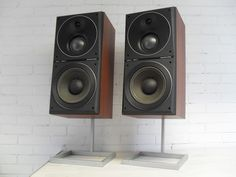 Beovox S80 in topstaat met nieuwe wooferranden, geen speakerfronten wel de fraaie standers! met overbelastingsbeveiliging Manufactured: 1981 - 1986 Designer: Jacob Jensen Beovox S80 speakers gave neutral sound reproduction with the added realism afforded by depth definition and perspective. There was a 7,5cm mid-range/phase-link unit combined with a 20,5cm woofer and 2,5cm dome tweeter to provide a wide frequency response and no audible phase distortion. Overload protection was automatic…