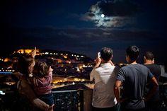 Spotting the Moon in Lisbon, Portugal  Fotografia © Gonçalo Villaverde/Global Imagens