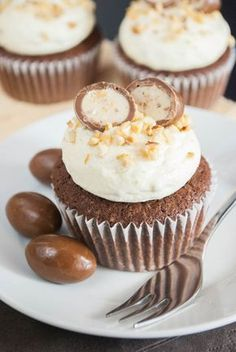 Kinder-Schoko-Bon-Cupcakes auf der Seite sind noch viele andere cupcakes Children's chocolate bon cupcakes on the side are many other cupcakes Cupcake Recipes, Cookie Recipes, Cupcake Cakes, Dessert Recipes, Cupcakes Kids, Sweet Cupcakes, Snacks Recipes, Pie Recipes, Dessert Ideas