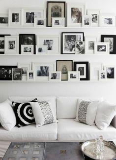 DIY Projekte weiße Wandregalemit schwarz-weißen Familienfotos