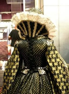 The ruff is one of the most recognizable items of Elizabethan Fashion.It was worn by both men and women. Elizabethan Costume, Elizabethan Fashion, Elizabethan Era, Mode Renaissance, Renaissance Costume, Renaissance Fashion, Italian Renaissance, Historical Costume, Historical Clothing