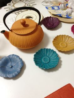 和のくすんだ感じの色合いが素敵な小皿、何枚も集めたくなってしまいそう! Japanese Colors, Pottery Plates, Kitchen Items, Tea Set, Ceramic Art, Cool Kitchens, Dinnerware, Diy And Crafts, Ceramics