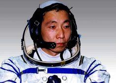 """O primeiro astronauta da China afirma ter ouvido """"batidas"""" misteriosas durante seu primeiro voo no espaço, segundo informações do Mirror. De acordo com Yang Liwei, ninguém soube explicar o que seriam esses ruídos."""