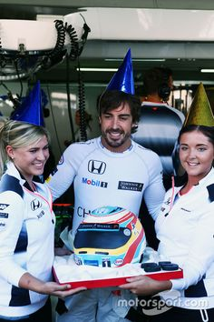 Fernando Alonso, McLaren celebrates his 35th birthday with a cake from the team