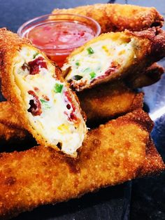Bacon Jalapeno Popper Egg Rolls – Cooks Well With Others Jalapeno Popper Egg Rolls by themselves would be perfection, but adding bacon makes them an out of this world amazing appetizer or snack! Bacon Jalapeno Poppers, Jalapeno Popper Chicken, Stuffed Jalapenos With Bacon, Bacon Dip, Bacon Roll, New Year's Eve Appetizers, Bacon Appetizers, Appetizer Recipes, Dinner Recipes