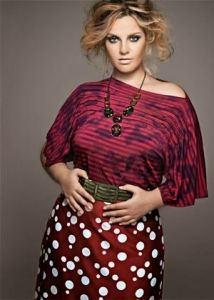 moda-plus-size-roupas-vestir-clothes-big-gordas-gordinhas-fashion-gg-elegancia-look-estilo-modelo-lindas-saia-cinto-bolinhas-brdo-vermelho-vinho