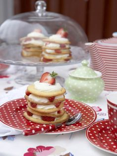 Pois/ Today is Polka dot day!  Dishware and yummy dessert.
