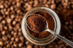 Nach dem allmorgendlichen Kaffeegenuss muss der übriggebliebene Kaffeesatz nicht gleich in der Tonne landen. Er lässt sich recyceln und wiederverwenden – deshalb nicht gleich wegschmeißen! Mit diesen Tipps holt ihr das Beste aus eurem alten Kaffeesatz heraus!