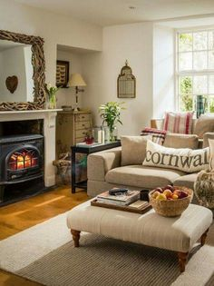 33 Cute Living Room Decorating and Design Ideas - Craft Home Ideas 33 Cute Living Room Decorating and Design Ideas 54 Luxury Living Room, Home Decor, House Interior, Cottage Lounge, Cottage Living Rooms, Interior Design, Cottage Living, Cosy Living Room, Country Living Room