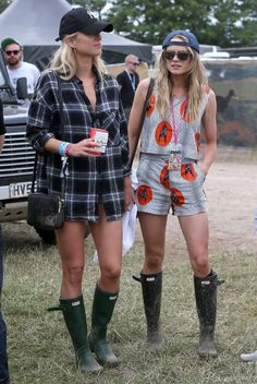 Celebrities Hit the Glastonbury Music Festival Cressida Bonas (Prince Harry's ex) battles the infamous Glastonbury mud and rain with wellington boots and a backwards hat. Festival Chic, Look Festival, Festival Mode, Festival Wear, Glastonbury Outfits, Glastonbury Music Festival, Glastonbury Mud, Glastonbury England, Uk Festivals