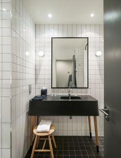 鏡の両脇にイヤリングのように取り付いた照明。顔を明るく照らしてくれる裸電球など、見せる照明を取り付けてみてください。