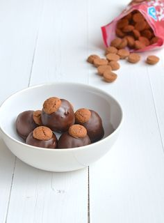 pepernoten truffels gemaakt van gemalen pepernoten gemengd met roomkaas naturel. Balletjes draaien en daarover gesmolten chocolade