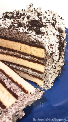 This is the best, Easy Ice cream Cake Recipe. This easy ice cream sandwich recipe can be thrown together in no time making it the best ice cream cake recipe! Ice Cream Desserts, Köstliche Desserts, Frozen Desserts, Frozen Treats, Dessert Recipes, Dessert Oreo, Oreo Cake, Food Cakes, Cupcake Cakes