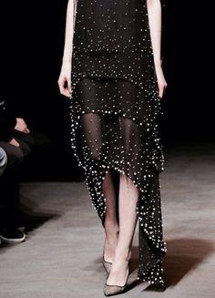 Długa szyfonowa sukienka z półperełkami