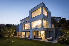 Architektenhaus #BLUEMOON  Bei BLUEMOON bot die idyllische Hanglage mit Seeblick eine ideale Basis, um die hohen Ansprüche des Bauherrenpaares zu verwirklichen.   Lass auch Du dich inspirieren. Dein bautrends.ch - Inspirationsteam. . . #architektenhaus #einfamilienhaus #hausidee #hausinspiration #architektur #efh #planung #hausbau #festpreis #invididuell #martydesignhaus #bautrends Style At Home, Inspiration, Mansions, House Styles, Home Decor, Patio, Building Homes, Detached House, Architecture