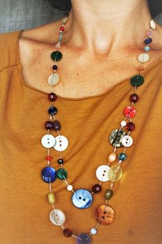 Sautoir avec boutons recyclés et perles multicolores : Collier par lapetitechoppe-bijoux