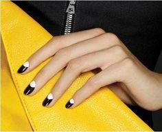 Esmalte de uñas para una manicure con dos colores