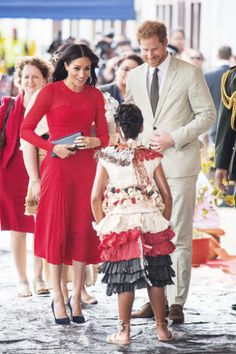 Pregnant Duchess Meghan and Prince Harry showed PDA, bonded with children and were naturally adorable during their first royal tour of Australia, Fiji, Tonga and New Zealand in October 2018 — photos Prinz Harry Meghan Markle, Meghan Markle Prince Harry, Prince Harry And Megan, Prince William And Kate, Harry And Meghan, Meghan Markle Dress, Meghan Markle Photos, Harry Royal, Windsor