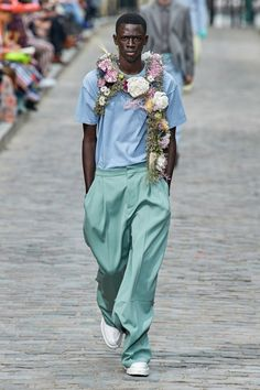 The complete Louis Vuitton Spring 2020 Menswear fashion show now on Vogue Runway. Vogue Fashion, Runway Fashion, Fashion Show, Mens Fashion, Fashion Styles, Vogue Paris, Collection Louis Vuitton, Louis Vuitton Homme, Models