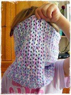 """Ahojte, všickni! Před časem jsem slíbila jednoduchý návod na dětský nákrčník. Tak je tu. Je háčkovaný známým vzorečkem """"V"""" nebo-... Crochet Projects, Cowl, Diy And Crafts, Handmade, Gloves, Fashion, Scarves, Moda, Hand Made"""
