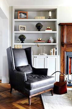Retro furniture doesn't look retro here, it looks as though it belongs. That's what happens when you decorate your home in accordance with its age. Living room by Studio Duggan